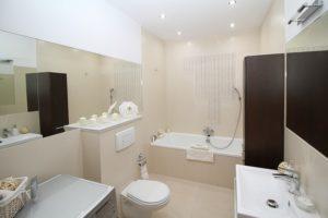 Badezimmer und Toilettendeckel mit Absenkautomatik